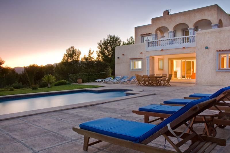 Casa coqueta villa con piscina para alquilar en ibiza for Casa con piscina para alquilar